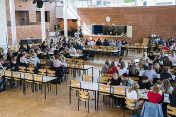 Stemningbillede af elever ved borde i fællesarealet